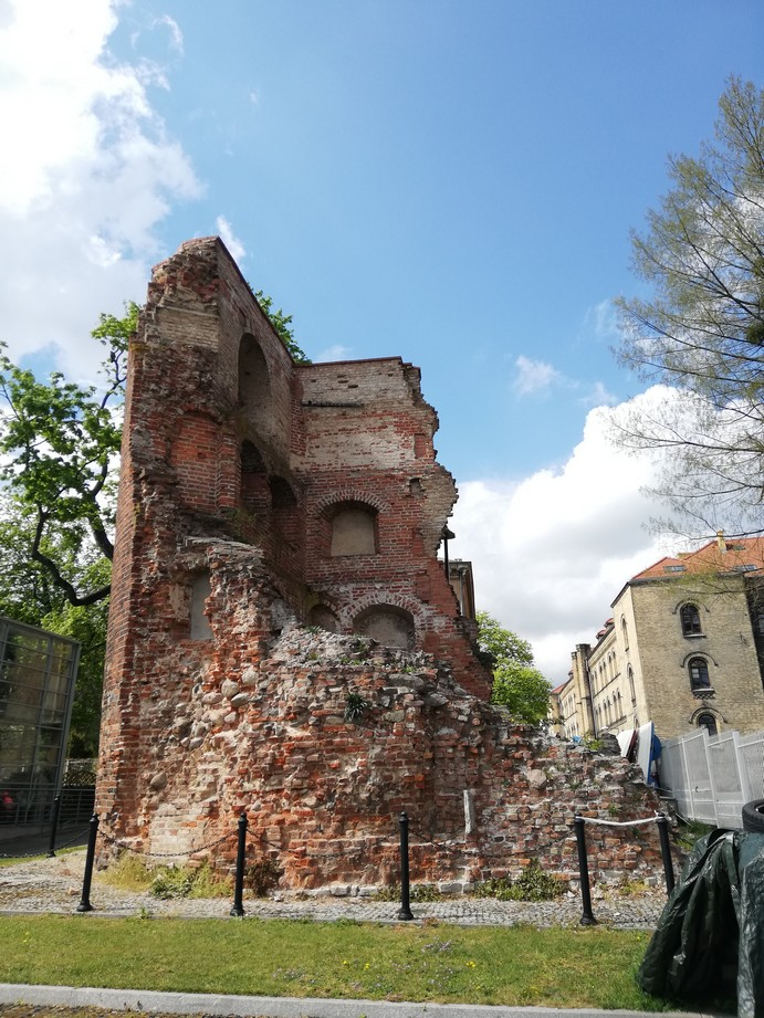 Gdańsk. The Zręb Tower. Contemporary photographs. The photograph presents the ruins of a brick tower. The northern part of the tower has collapsed, so only some fragments of two other walls have remained. The ruins have been secured against further deterioration.