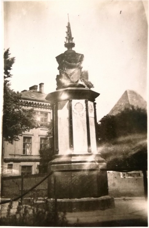 Gdańsk. Embankment Square. Archive photographs. A post-war photograph of a monument commemorating the 4th Eastern-Prussian Regiment of Grenadiers who died during the war of 1870-71. It was shaped as an urn with an iron cross, set on an octagonal plinth. There were plates with names of the dead soldiers on the monument. The monument was crowned with a pointy metal element.